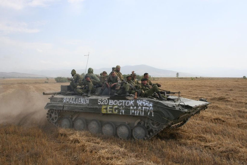 Les russes perpétuent la tradition de l'infanterie montée sur le toit du blindé, instauré par  les T-34 de la seconde guerre mondiale