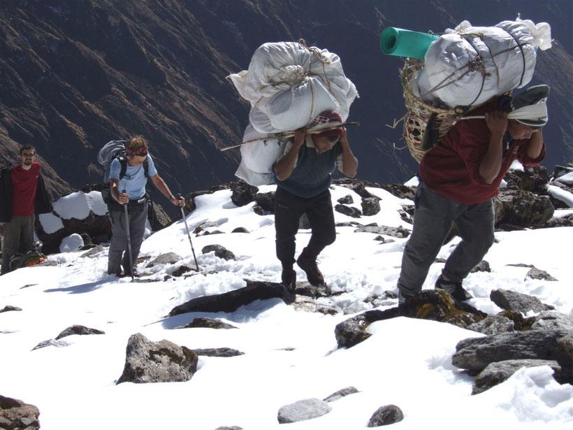 Porteurs à la montée d'un col - Manaslu - Népal