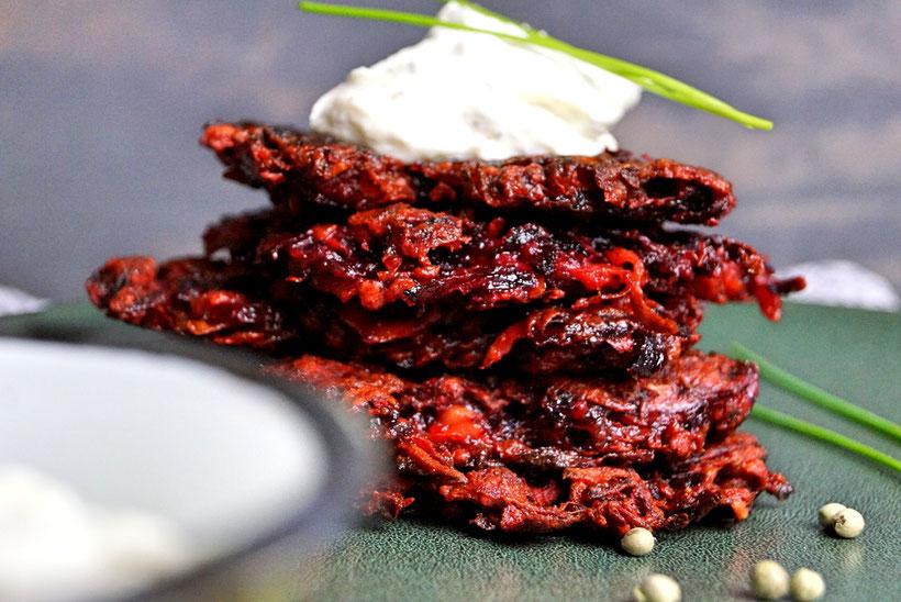 Rote Beetepuffer mit Ricottacreme und grünem Pfeffer. Knusprig, vegetarisch und echt gut!