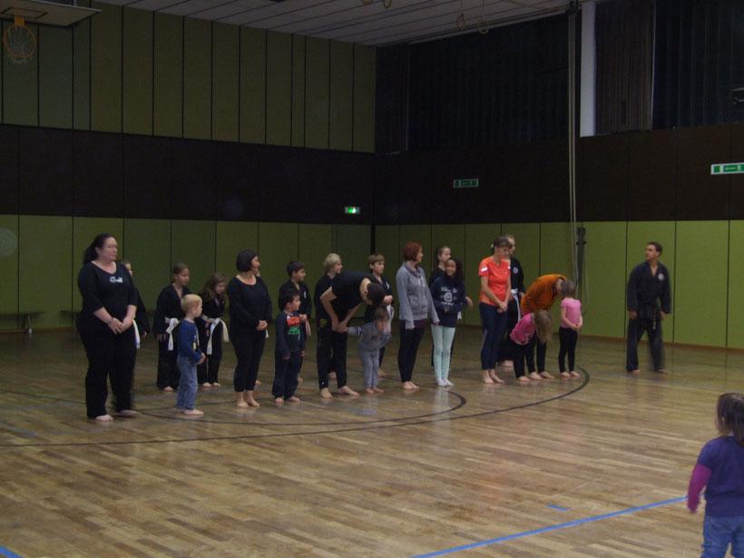 Auch der Hapkido-Familienkurs stellte das erlernte Können auf der Weihnachtsfeier 2013 vor.