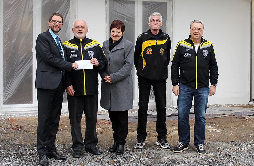Foto © FNP: Finanzspritze für den SV (von links): Landrat Thorsten Stolz, Bernd Giesler, Conny Rück und Lothar Stahl sowie Ludwig Becherle.