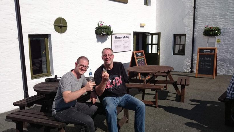 Ingo und ich genießen unseren Whisky bei Ardbeg