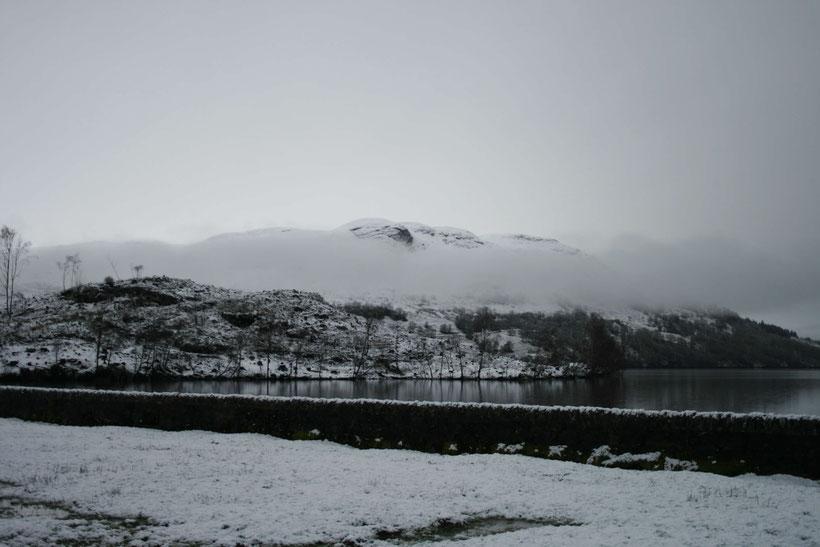 Tief hängende Wolke über Loch Katrine im Februar