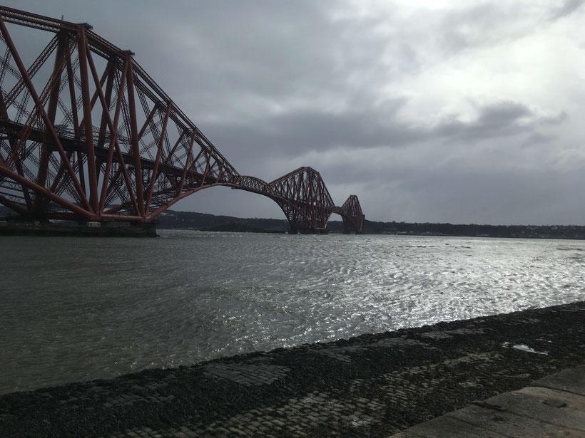 Die beeindruckende Forth (Rail) Bridge wurde im März 1890 eröffnet