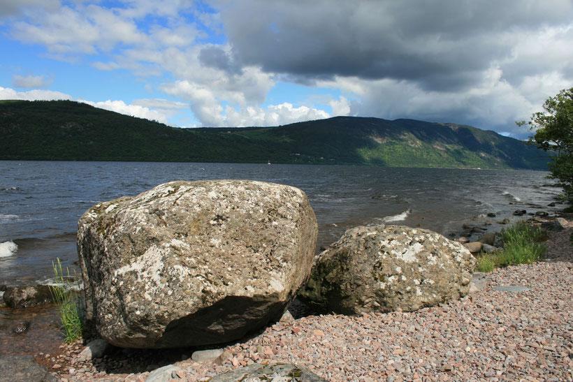 Die Wolken werfen einen Schatten über Loch Ness