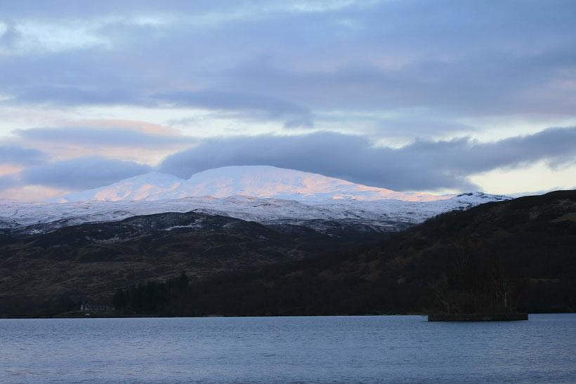 Sonne und Wolken an Loch Katrine im Februar