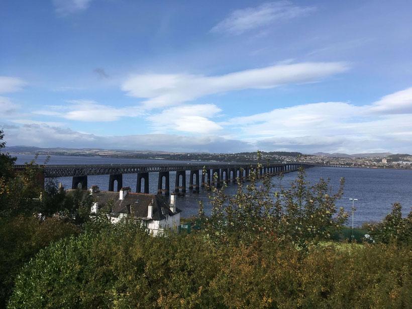 Blick von Wormit nach Dundee über die Tay Bridge