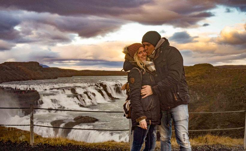 """Im Hintergrund der Wasserfall """"Gullfoss"""""""