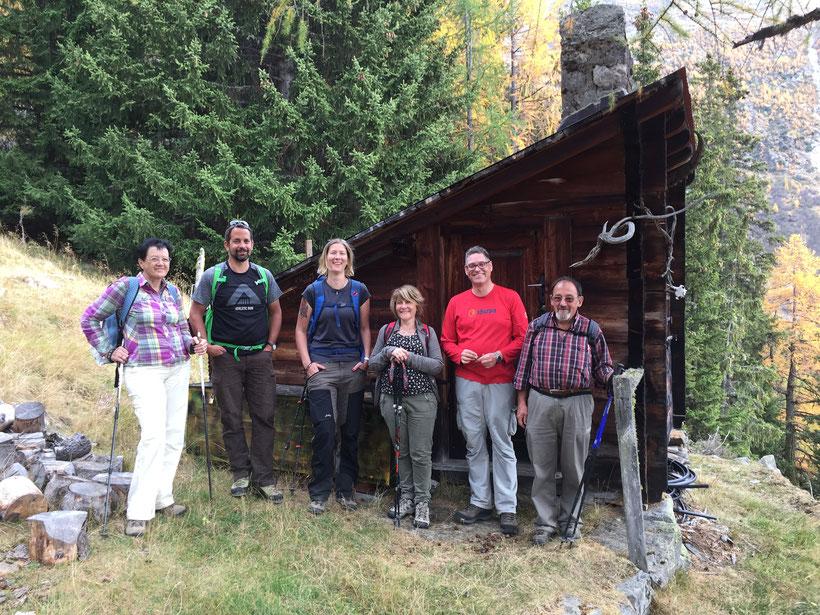 Mitglieder der Gemeindeverwaltung Ferden mit Gemeindepräsidentin Nadja Jeitziner vor der Wildhüterhütte