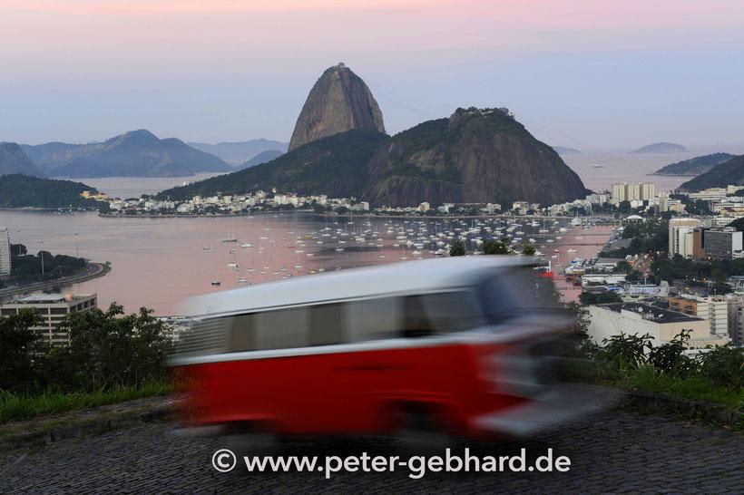 """In Rio war Peter Gebhard auch zwischendurch mit VW-Bullis unterwegs. """"Die prägen dort das Straßenbild."""" Nach der Reise fiel die Entscheidung, selber mit einem kultigen T1 die Welt zu entdecken."""