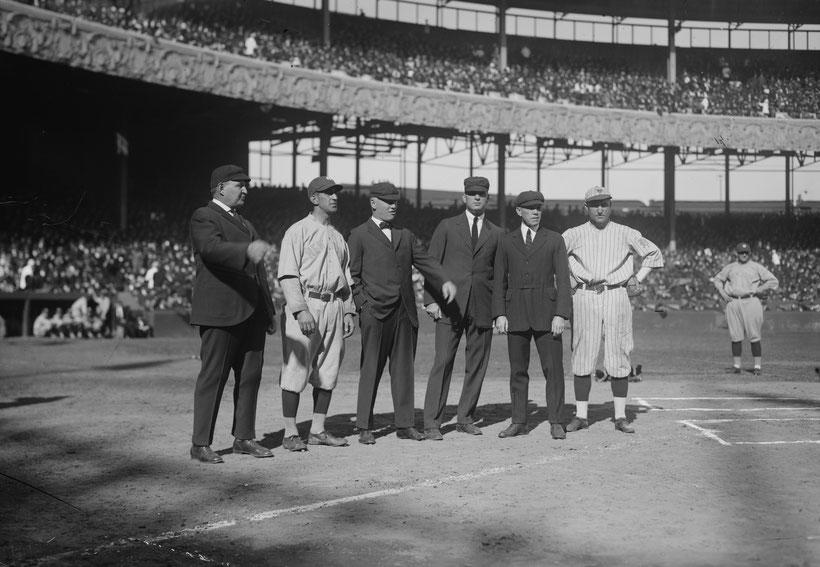 Roger Peckinpaugh (Yankees) e Dave Bancroft (Giants) con gli umpires al Polo Grounds, 1921 World Series.