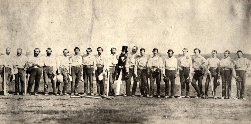 James Whyte Davis è il secondo da sinistra