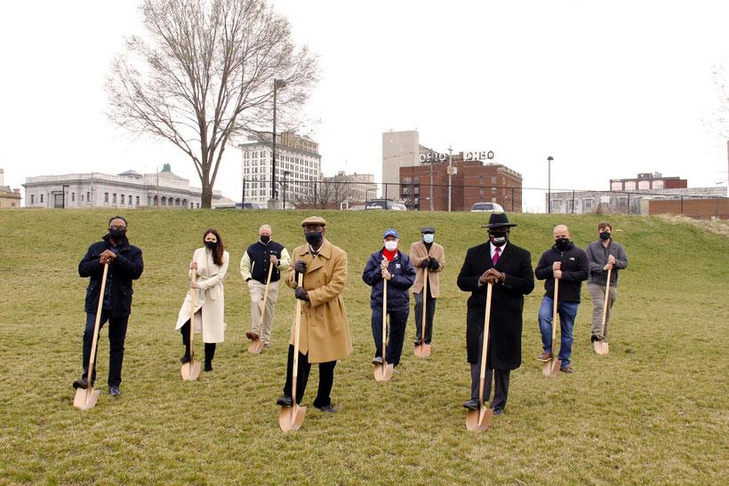 Il 1 ° aprile si è tenuta una cerimonia a Youngstown, Ohio, per preparare il sito per la statua di Jackie Robinson e George Shuba