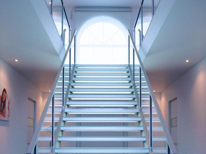 brede glazen trap in een showroom van Graah