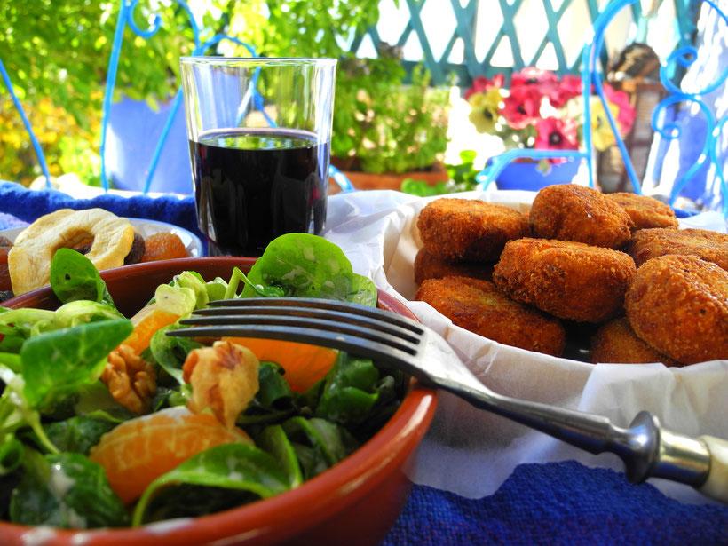 Blumenkohl-Karotte-Käse-Frikadellen mit Ackersalat