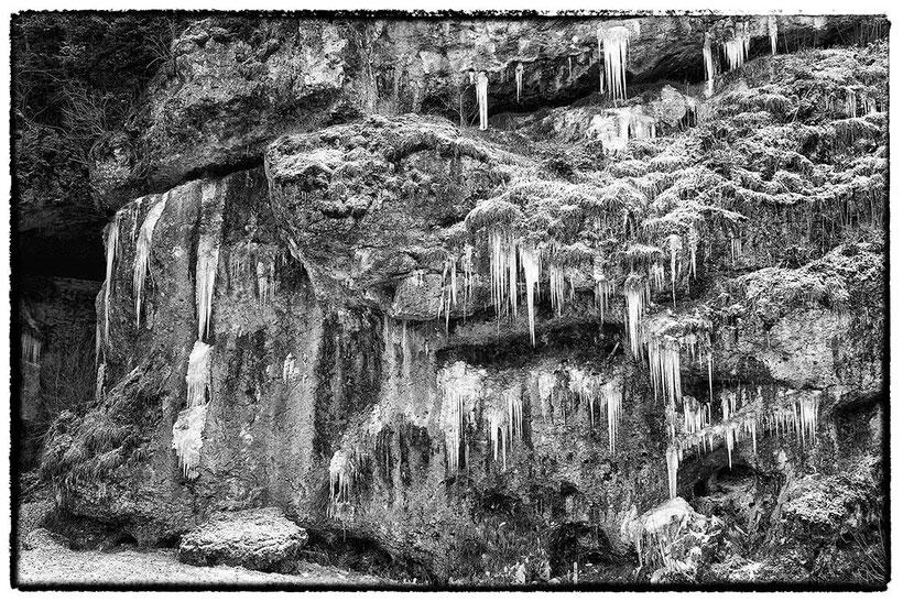 Fels mit Eiszapfen