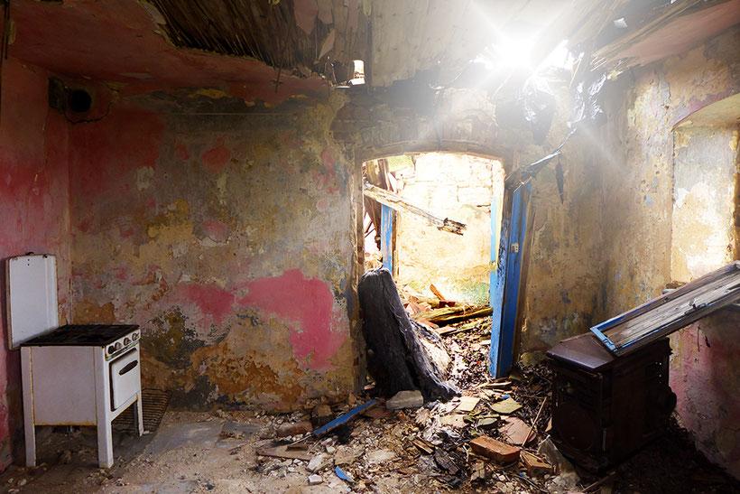 Küche in einem verfallenen Haus