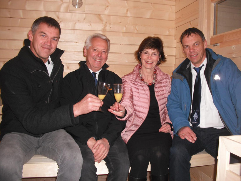 Anstoßen auf ein Vorzeigeprojekt: (v. l.) Jürgen Vollbracht, Heinrich Vogelgesang, Lisa Küpper und Karl-Heinz Vogelgesang. © Jörg Schüttler