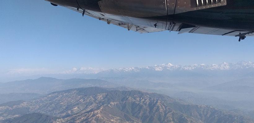 Ausblick aus dem Fenster auf Berge im Landeanflug Flughafen Katmandu