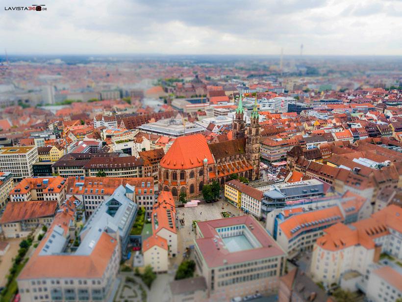 Tilt Shift Bild aus der Luft Lorenzkirche Nürnberg