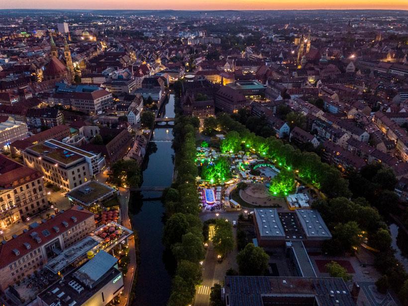 Drohnenbild Luftbild Luftaufnahme Stadt Nürnberg bei Nacht