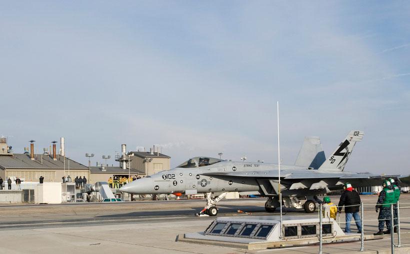 Un F/A-18E in attesa del lancio sulla base di Lakehurst dove l'US Navy nel 2009 ha installato una catapulta EMALS per le prove a terra / © US Navy