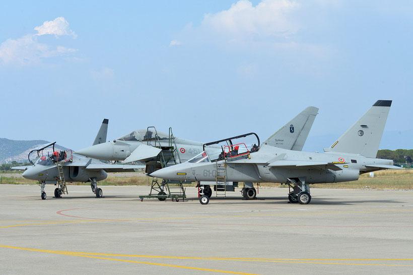 T-346A del 61° Stormo e in mezzo un  EF-2000 Typhoon del 4° Stormo / © Aeronautica Militare