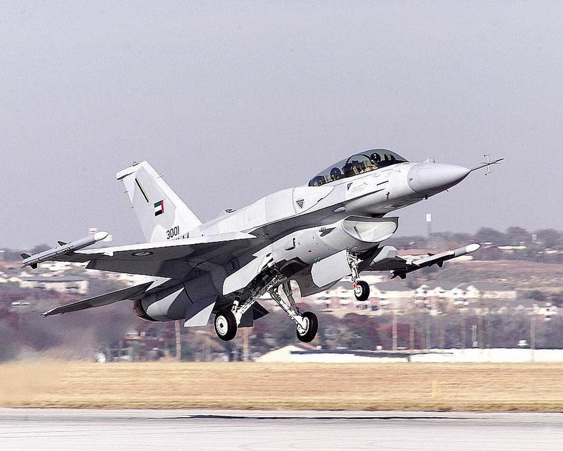 Un F-16F armato con due missili AMRAAM