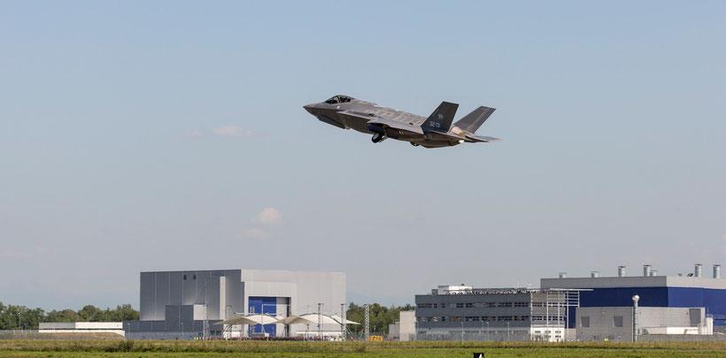 AL-1 mentre prende il volo da Cameri con ai comandi il collaudatore di Lockheed Martin Bill Gigliotti / © Todd McQueen