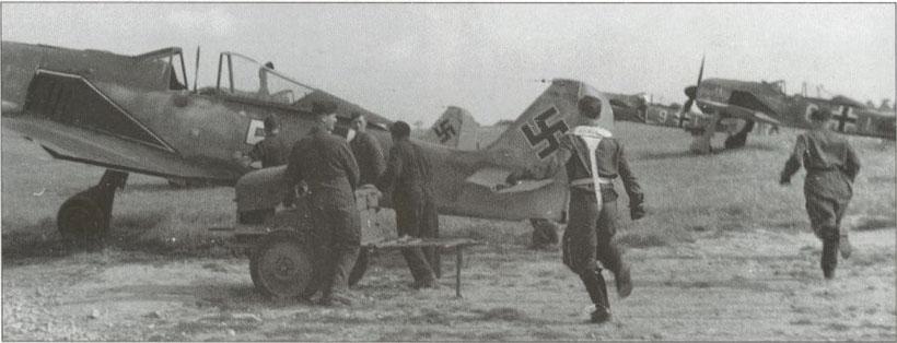 Piloti della Luftwaffe corrono ai velivoli per una missione d'intercettazione