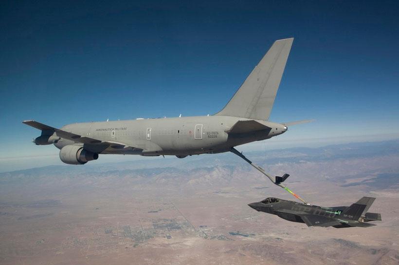 l'Esemplare AF-4 assegnato alla flotta per i test e le valutazioni agganciato al Tanker italiano / © USAF