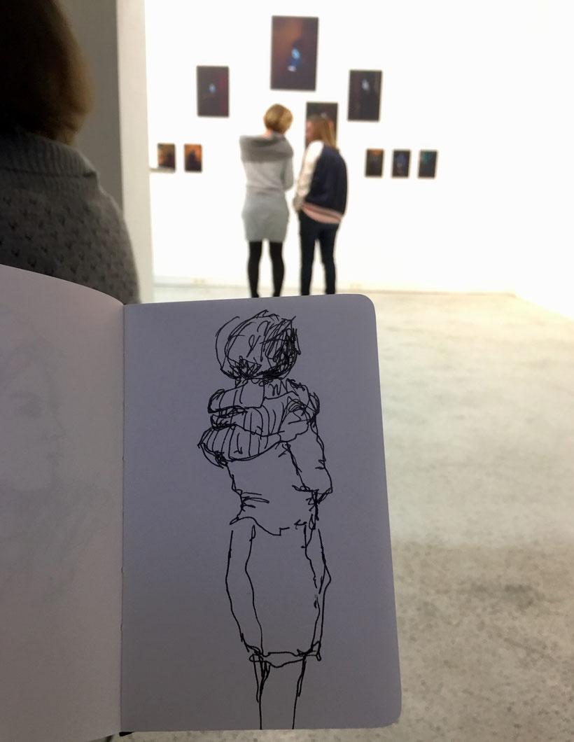 Zeichnen in der Ausstellung.