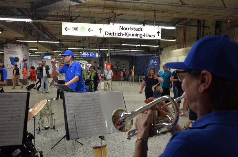 Strassenauftritt im Hauptbahnhof Dortmund