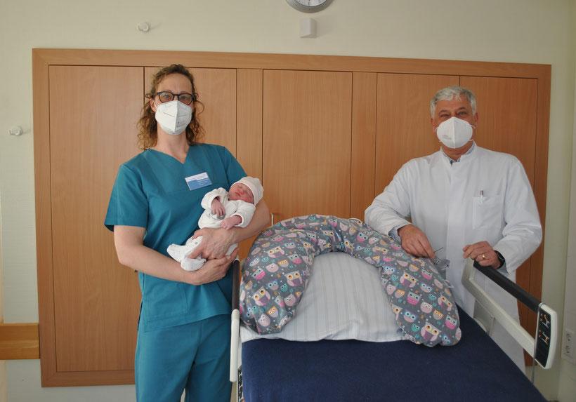 Die leitende Hebamme Gudrun Grosenick mit Mila und Chefarzt Dr. med. Gabor Heim laden zum ersten digitalen Infoabend am 4. Mai ein  Foto: Franziskanerbrüder vom Heiligen Kreuz