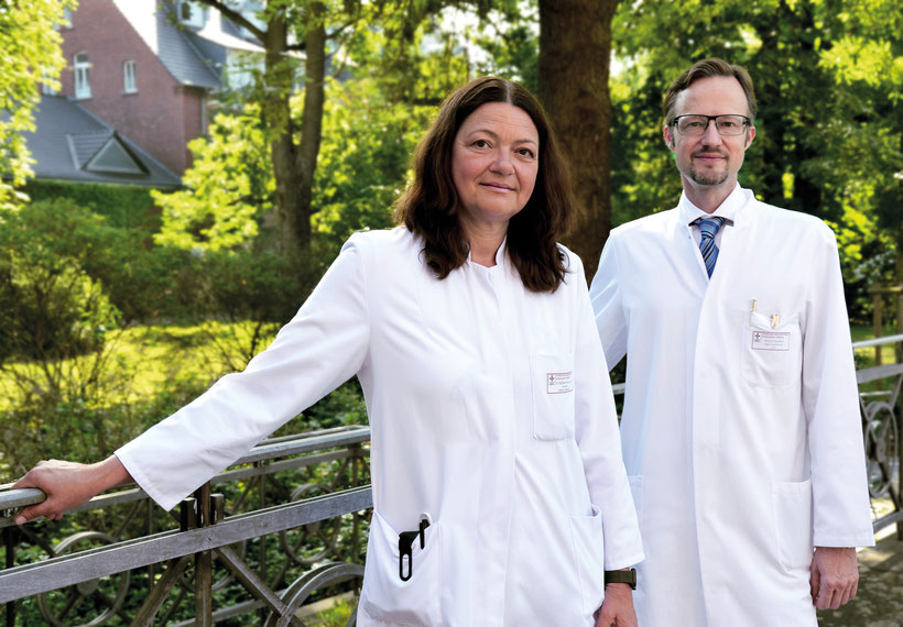 Die Leitung des neuen Zentrums übernimmt Chefarzt Prof. Dr. Frank Hartmann. Ihm zur Seite steht Dr. Martina Dafferner-Franzmann als neue Sektionsleiterin für Orthopädie.  Gemeinsam decken die erfahrenen Operateure das gesamte Spektrum der Fachgebiete Orth