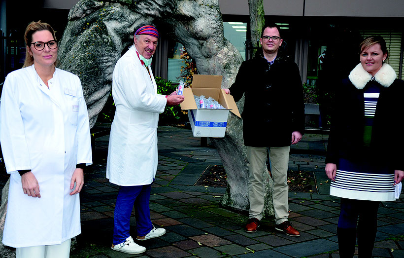 Von links nach rechts: Dr. Philine Howe und Dr. André Borsche vom Diakonie Krankenhaus nehmen das spezielle Narben-Serum im Wert von 19.000 € von Geschäftsführer Dominik Dreyer und Marketingleiterin Ana Karakas (Vermonde GmbH) entgegen.