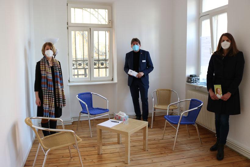 Regina Mayer (l.), Heiko Sippel und  Dr. Vera Lanzen präsentieren die neuen Räumlichkeiten der Notruf- und Beratungsstelle für Frauen in Alzey.  Foto: Simone Stier