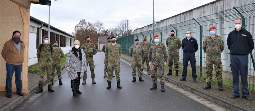 Landrätin Dorothea Schäfer (4.v.l.) und Impfkoordinator Mathias Hirsch (1.v.l.) begrüßten die Soldaten zusammen mit Oberstleutnant Stefan Herber (1.v.r.) vom Kreisverbindungskommando der Bundeswehr und den Kreisfeuerwehrinspekteuren im Impfzentrum in