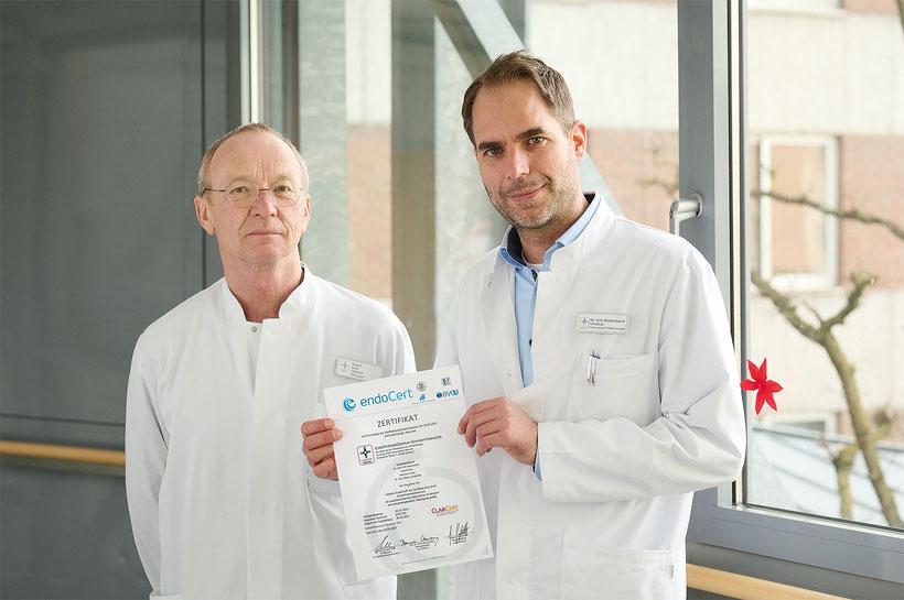 v.l. Rudolf Benz (Koordinator des EndoProthetikZentrums) und Chefarzt Dr. med. Erik Rothenbach freuen sich über die erfolgreiche Rezertifizierung.
