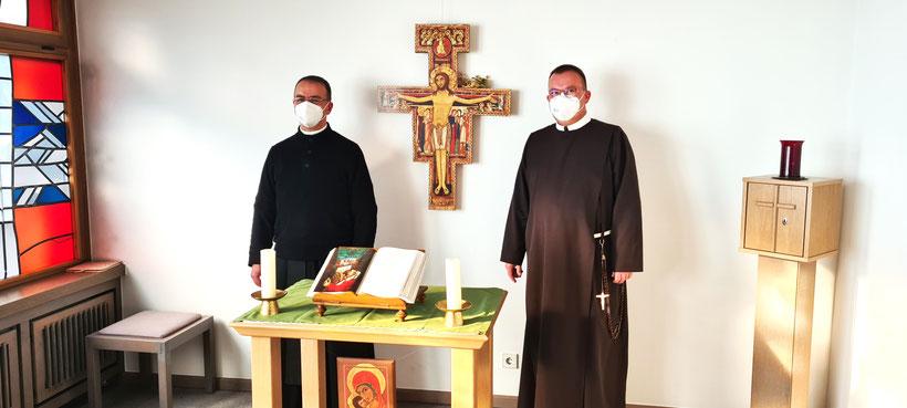 (von links) Bruder Markus Bayer und Bruder Bonifatius Faulhaber weisen auf den Tag des geweihten Lebens am 2. Februar hin Foto: Franziskanerbrüder vom Heiligen Kreuz
