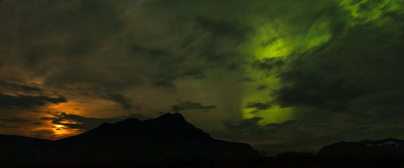 Lightshow: Mond und Nordlicht an Islands Nachthimmel