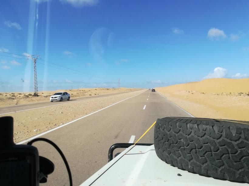 Irgendwo in der Westsahara - hier ist die Starße schon vierspurig