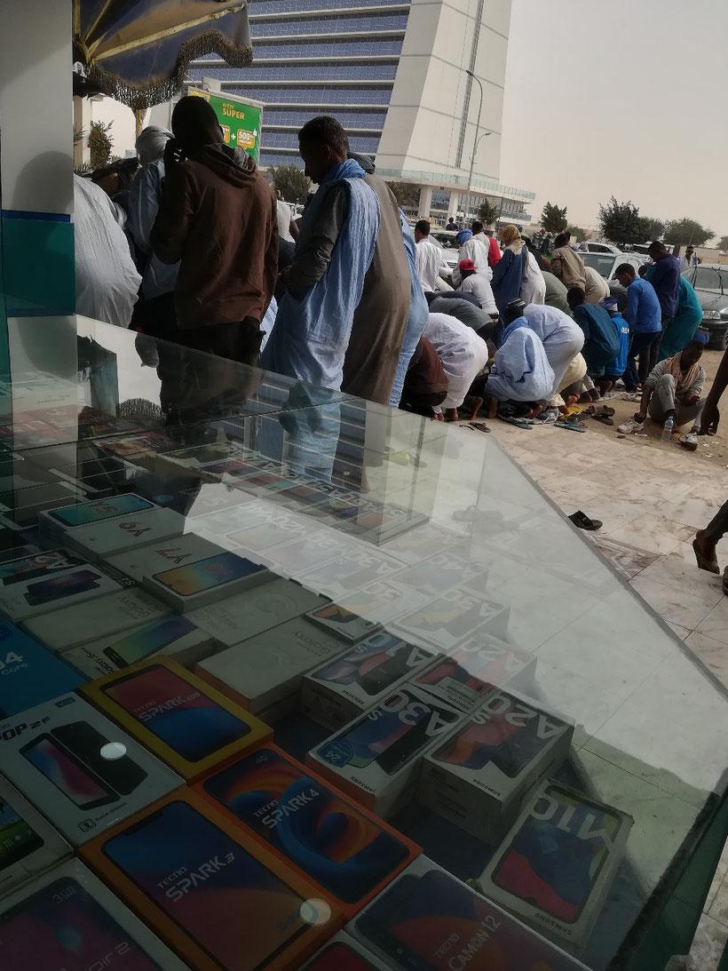 In Nouakchott unterwegs. Wir brauchen noch eine weitere SIM Karte für's Handy