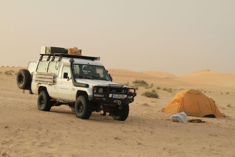 Unser zweites Biwak in Mauretanien am Rand kleiner Dünen