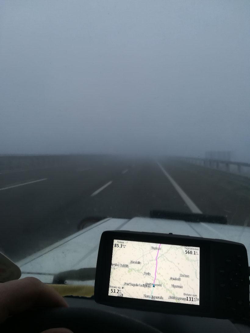 Nebelsuppe auf der Autobahn - immer noch 131 Kilometer bis zur Fähre