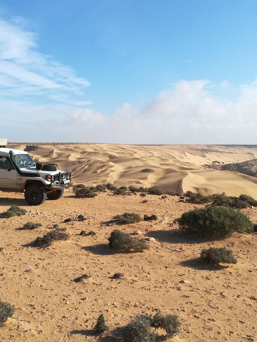 Schöne Sanddünen neben der Piste