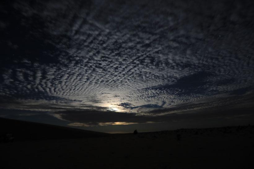 Der Mond versteckt sich hinter Wolken