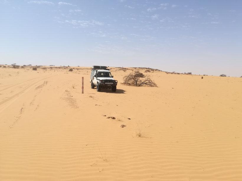 Unterwegs auf der 220 Kilometer langen Sandpiste nach Tichitt. Alle paar Kilometer hat es auch einen Betonpfosten zur Orientierung