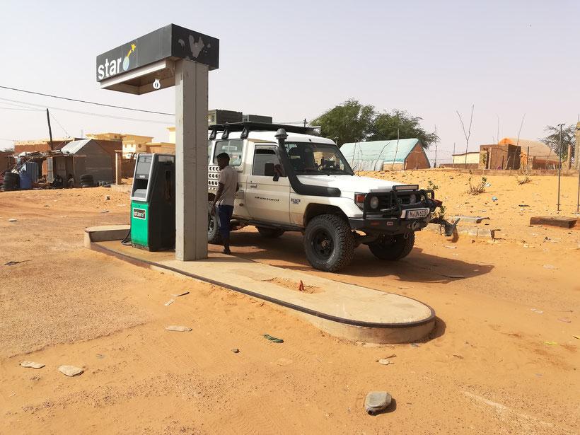 Typische Mauretanische Tankstelle. Wer hier noch einen Coffeeshop erwartet wird leider enttäuscht. Es gibt nur diese eine Zapfsäule für Diesel
