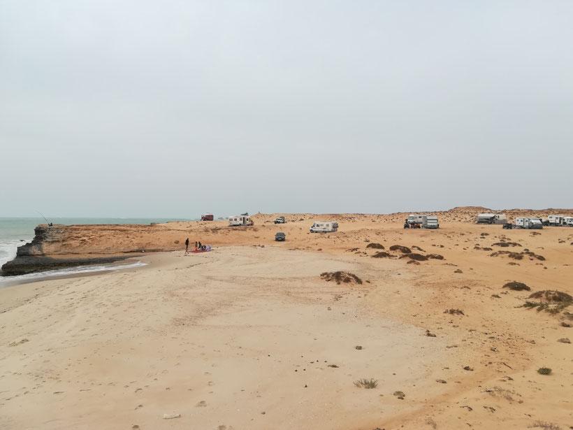 Schon wieder in der Westsahara - Der Stellplatz bei Lamharitz ist wie man sieht auch unter Campern sehr beliebt